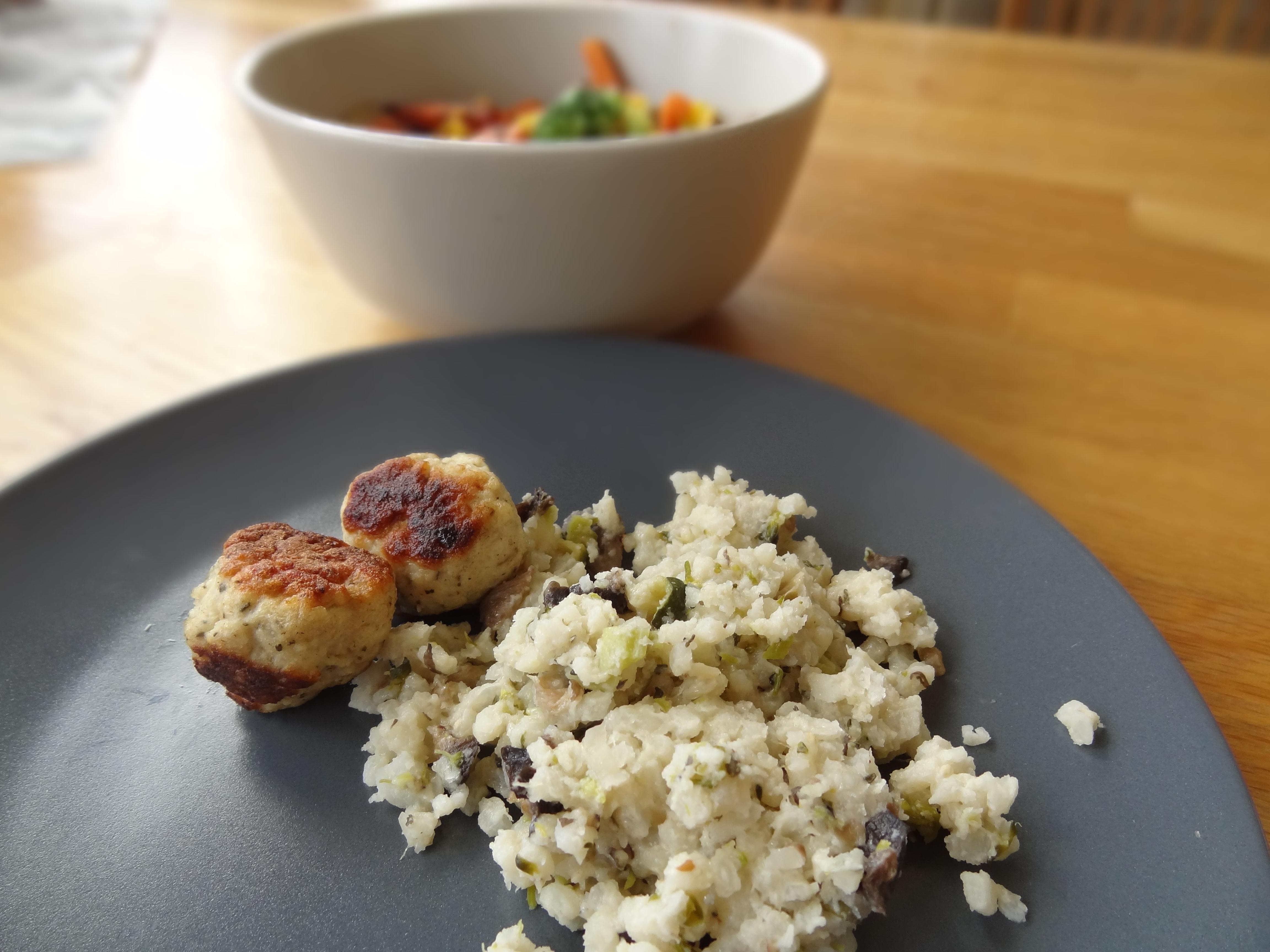 Kycklingbollar med risotto och grönsaker. Just dessa exemplar blev lite för välstekta i den stressade småbarnstillvaron :) Det händer ju ibland, men då går det bra att skära bort själva stekytan innan bebisen äter!