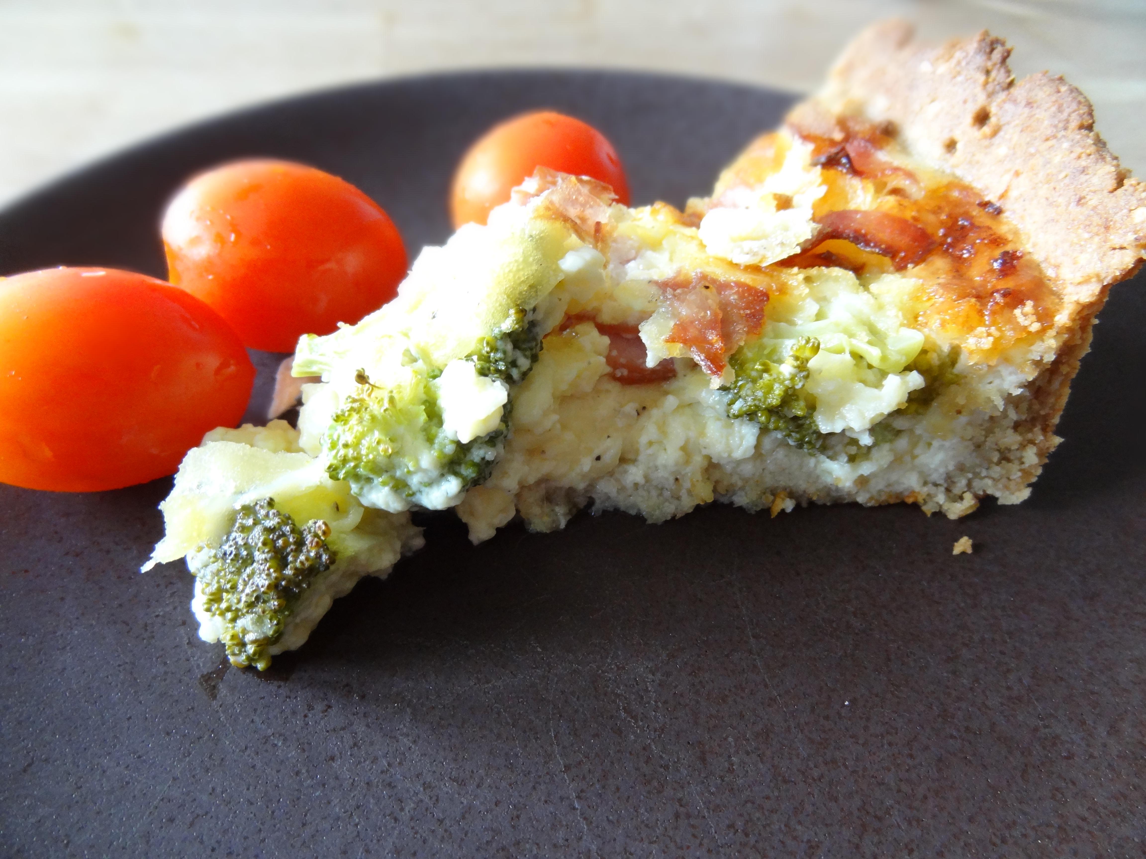 Knaprig pajdeg med en fyllning av goda ostar, broccoli och skinka