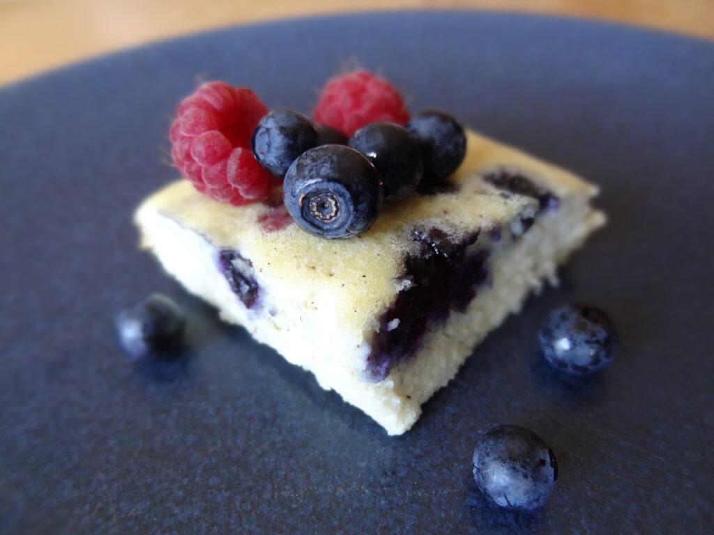 Somrig ugnspannkaka fylld med färska blåbär och hallon!