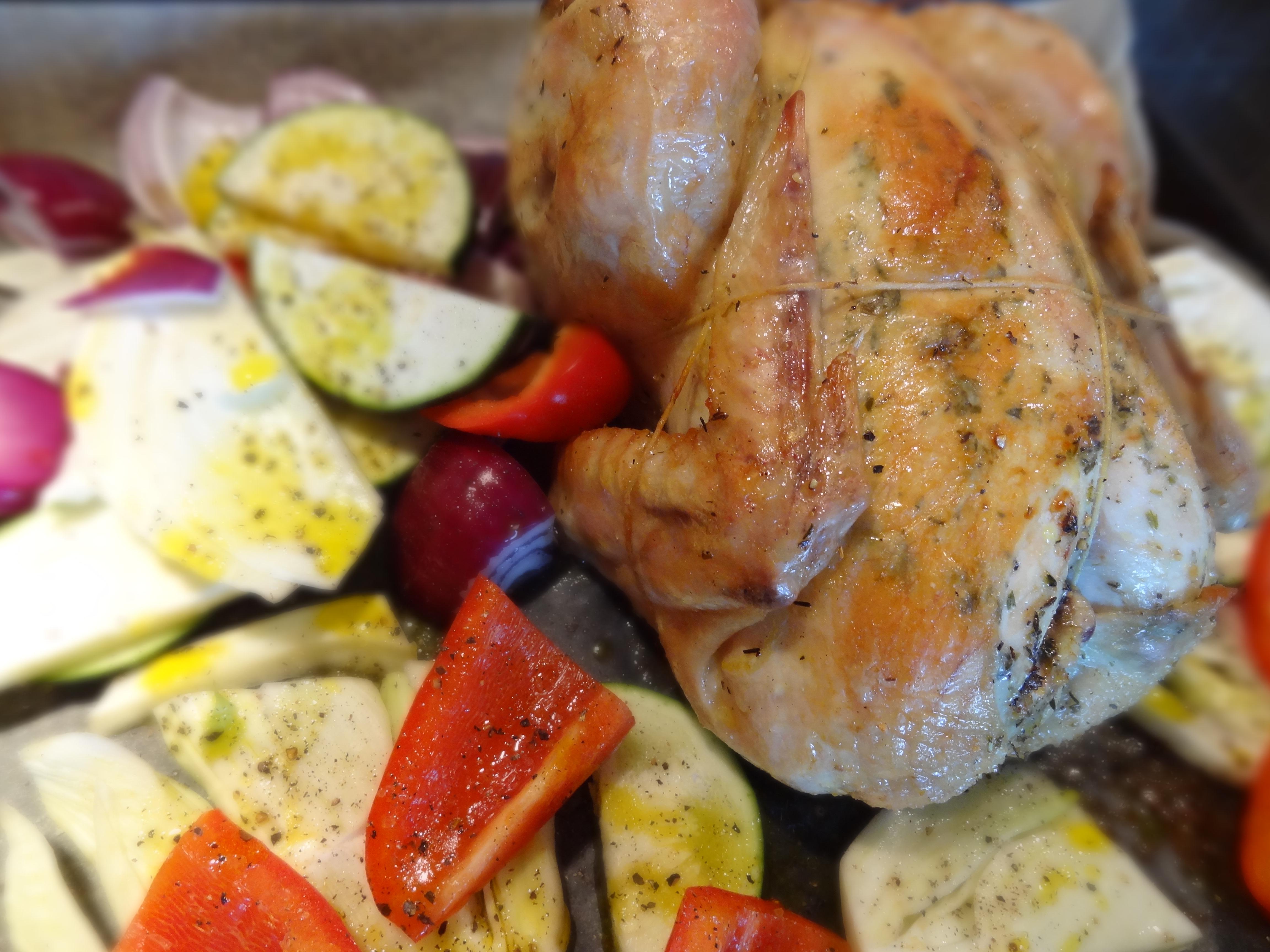 Missade att fota den färdiga rätten, vi hade för bråttom att hugga in då... :) Här är i alla fall halvvägs i koktiden för kycklingen, då grönsakerna också ska åka med in i ugnen.