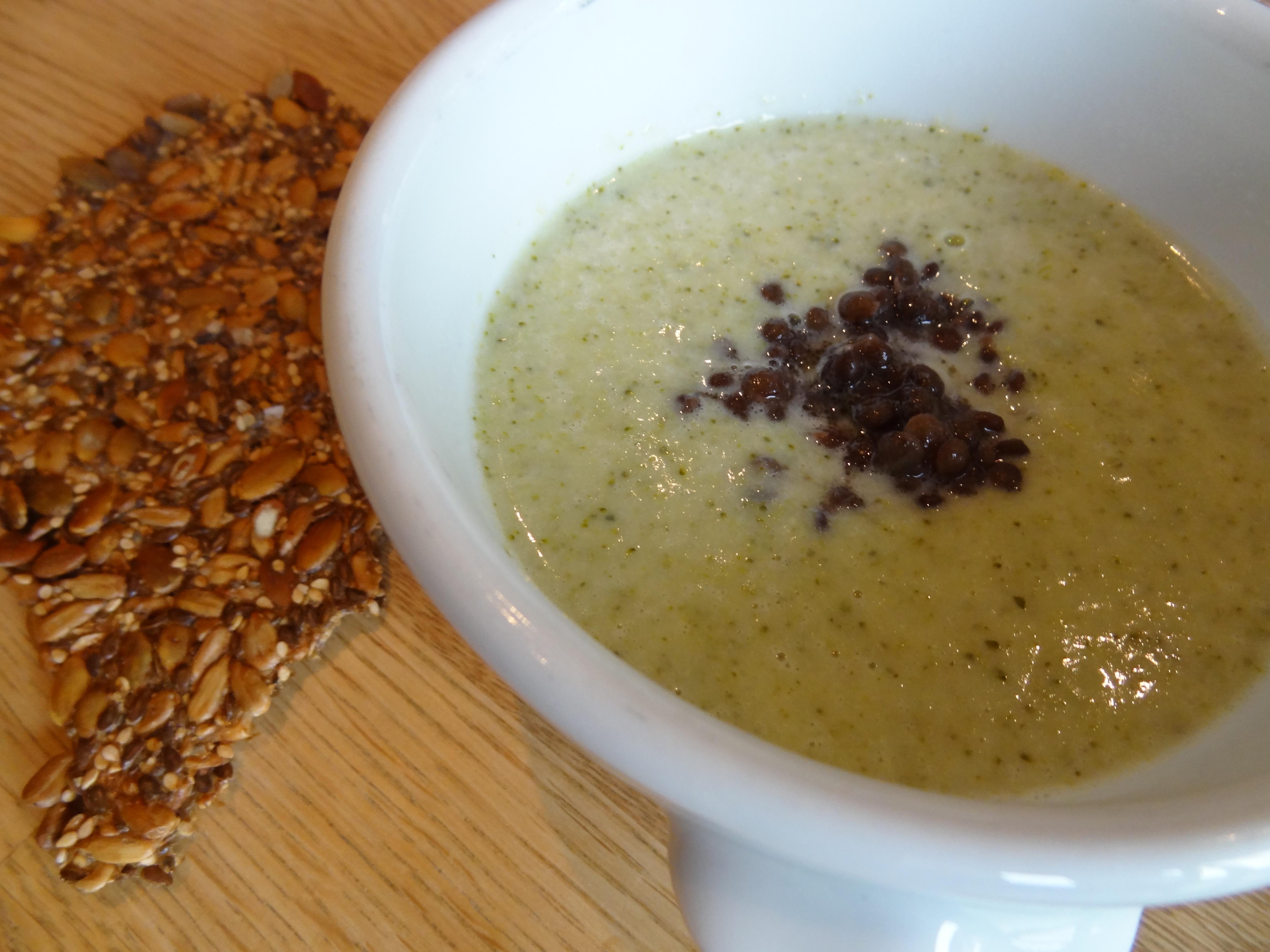 Len och krämig broccolisoppa med kokosmjölk, toppad med belugalinser.