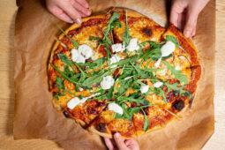 pizza på kalljäst pizzadeg